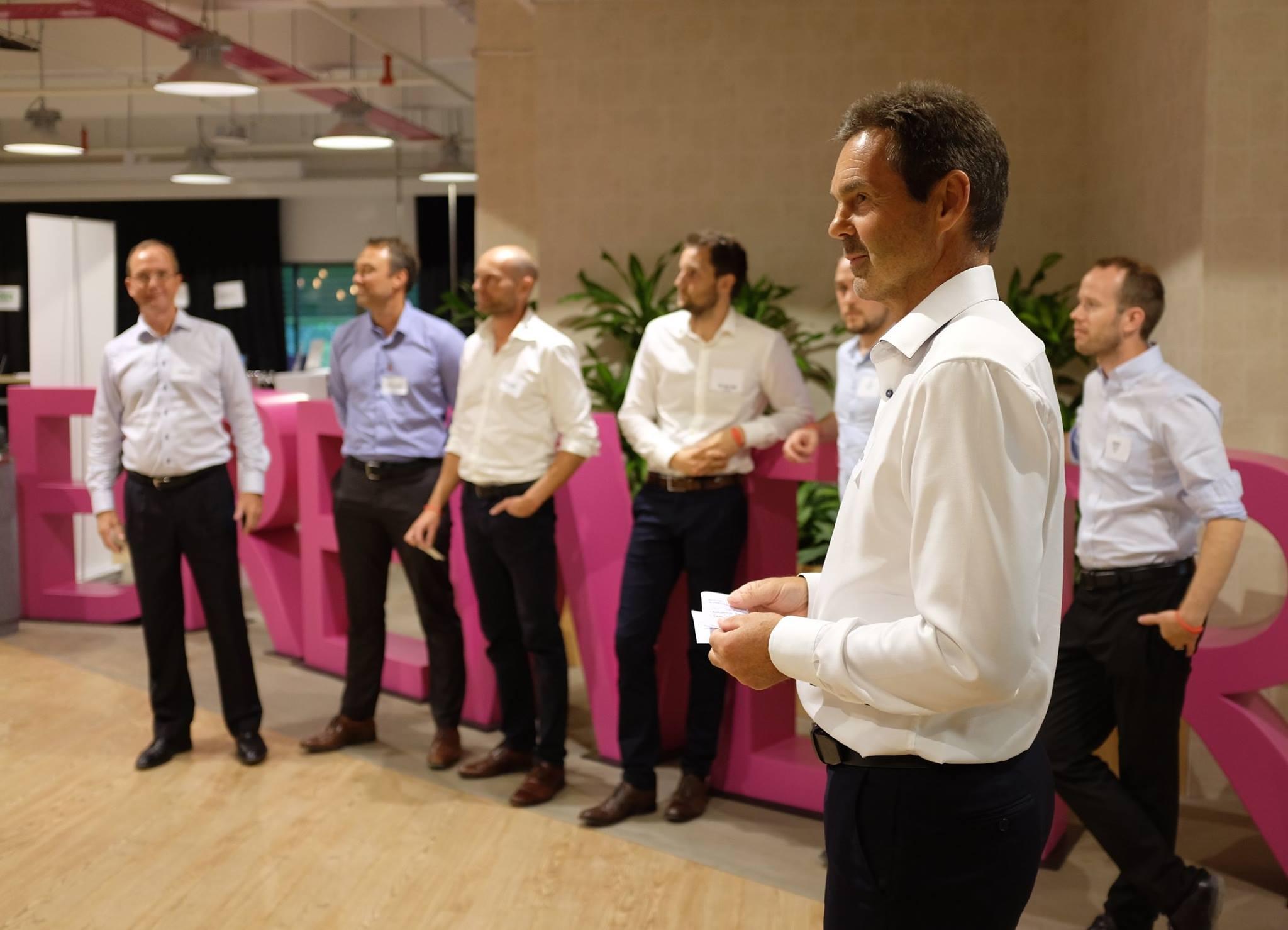 En spent gjeng som venter på å presentere selskapene sine